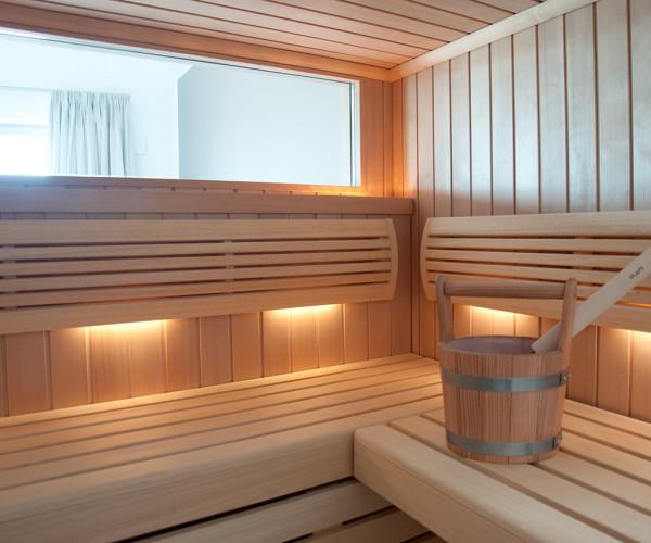 In der Sauna mit Schleiblick durch den Masterbedroom hindurch genießen Sie Ihre Ausziet